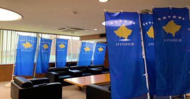 Kryetari i qytetit japonez e mbush zyrën me flamuj të Kosovës